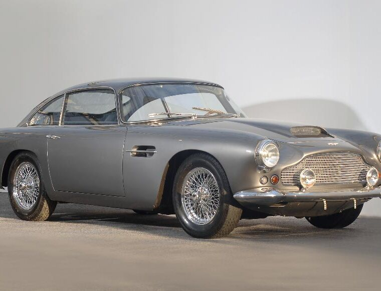 Luxurious Classics - Aston Martin DB4 3