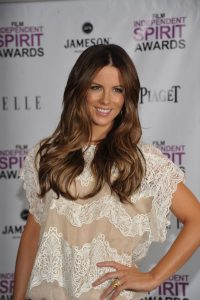Ms. Beckinsale looked effortlessly chic and accessorized her outfit with two stacked Piaget Possession Classique chain motif rings