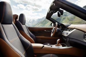 The open-top nature of a roadster means it is often the interior that catches the eye first. Only later does your attention move on to the exterior and the interplay between the exterior and interior. The BMW Zagato Roadster zeroes in on this peculiarity and consciously allows the boundaries between inside and outside to blur. To this end, the colours and materials marking the transition from interior to exterior exude a special exclusiveness.