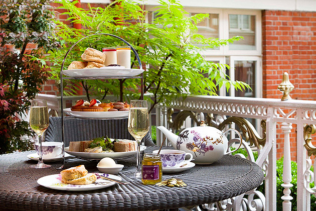 Praise bee....recognising a year of hard labour, the St Ermin's Hotel in St James's Park, London is celebrating the first full harvest from its 200,000 rooftop Buckfast Bees with September Honey month.