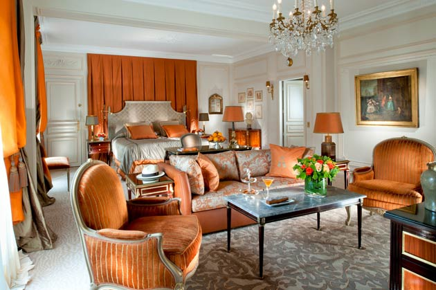 While maintaining the classical feel of the rooms and furnishings, Pommereau has given the suite a more modern appearance, in harmony with the vibrancy of the hotel and its fashionable location. This is conveyed through the furniture from the Régence period between 1715 and 1723, as well as through the paintings and the antiques reflecting traditional French interior design. Similar to the wood panelling of the 18th century style, the fabrics, silks, damasks and trimmings have all been made by French craftsmen.