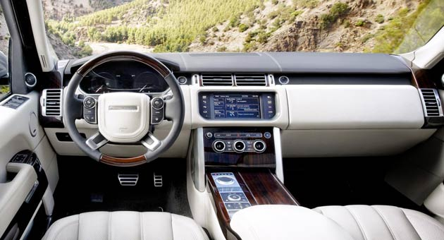 The interior is packed with a full suite of premium features to provide both front and rear seat passengers with the same peerless luxury experience. Their well-being is assured by the latest interior technologies for comfort, convenience and seamless connectivity.