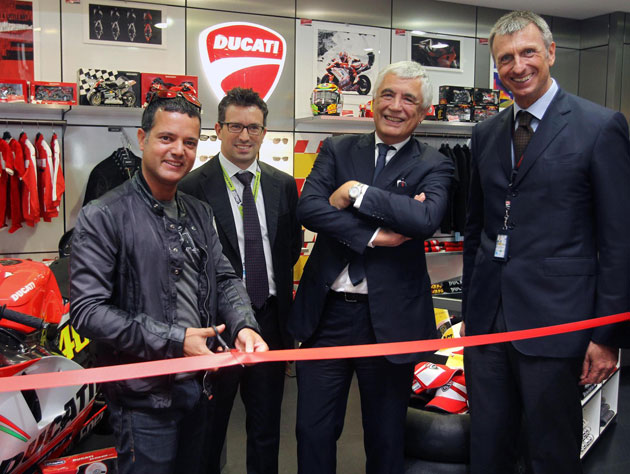 The symbolic ribbon cutting at the new Ducati Shop was attended by Gabriele Del Torchio, CEO of Ducati Motor Holding, Lucio Attinà, Manager of Ducati Motor Holding's BU Apparel & Brand Development, Marco Passoni, Managing Director of Meridian Duty Free, and Andrea Geretto, Non-Aviation Sales and Marketing Manager at Venice's Marco Polo Airport. A little extra Ducati passion was injected into the inauguration ceremony of the latest store with Valentino Rossi's Ducati Desmosedici GP12 motorcycle on show for the enthusiastic attention of fans and travellers alike.