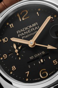 The classic aesthetic of the Radiomir closely follows the design of the watch which Panerai made for the first time in 1936 for the specialist underwater forces of the Royal Italian Navy. It is enhanced by the precious metal from which the cases are made and by a dial with an updated design of great simplicity, which features small Arabic numerals applied next to the hour markers.