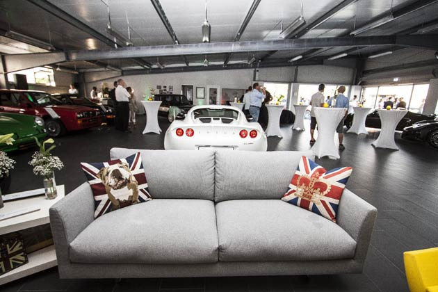 Lotus München shares the existing showroom of Sportwagen Teiber, an established and respected retailer of sports and classic cars to discerning Munich clients.