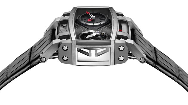 This marvellous piece has an imposing rectangular silhouette giving the watch a whole new dynamic.