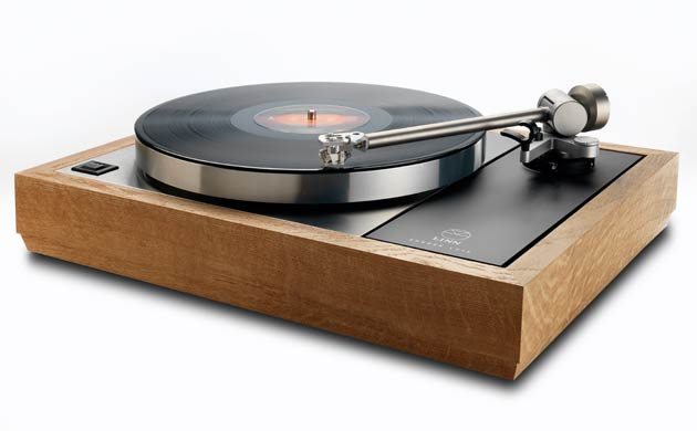 The Limited Edition turntable is encased in a beautiful wood plinth, crafted from the solid oak casks used to mature Highland Park's award winning whisky.