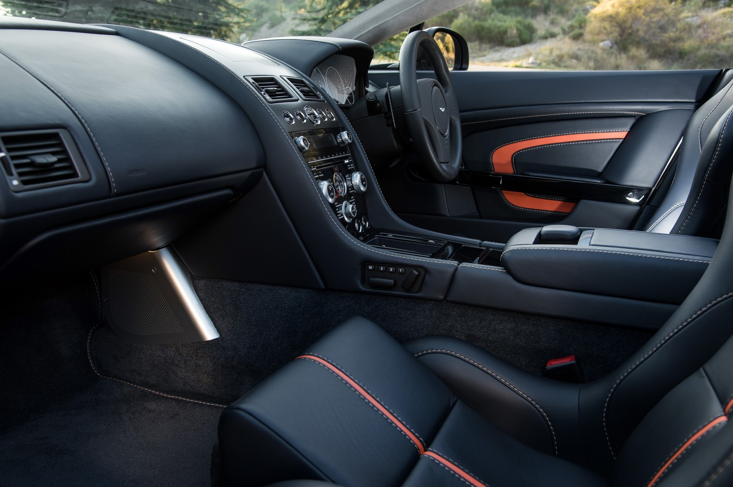 We get the keys to the 565bhp, 457 lbft, 0-60 in 3.9 seconds, 201mph, £147,000.00 Aston Martin V12 Vantage S Roadster as part of Luxurious Magazines invite ...