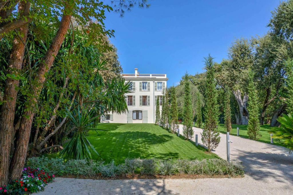 carlton international presents the villa hotel villa guide in cap d antibes luxurious magazine. Black Bedroom Furniture Sets. Home Design Ideas