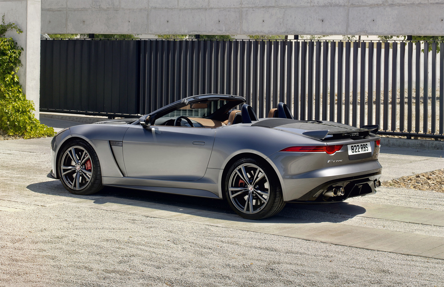 the f type svr jaguar 39 s all weather supercar luxurious. Black Bedroom Furniture Sets. Home Design Ideas