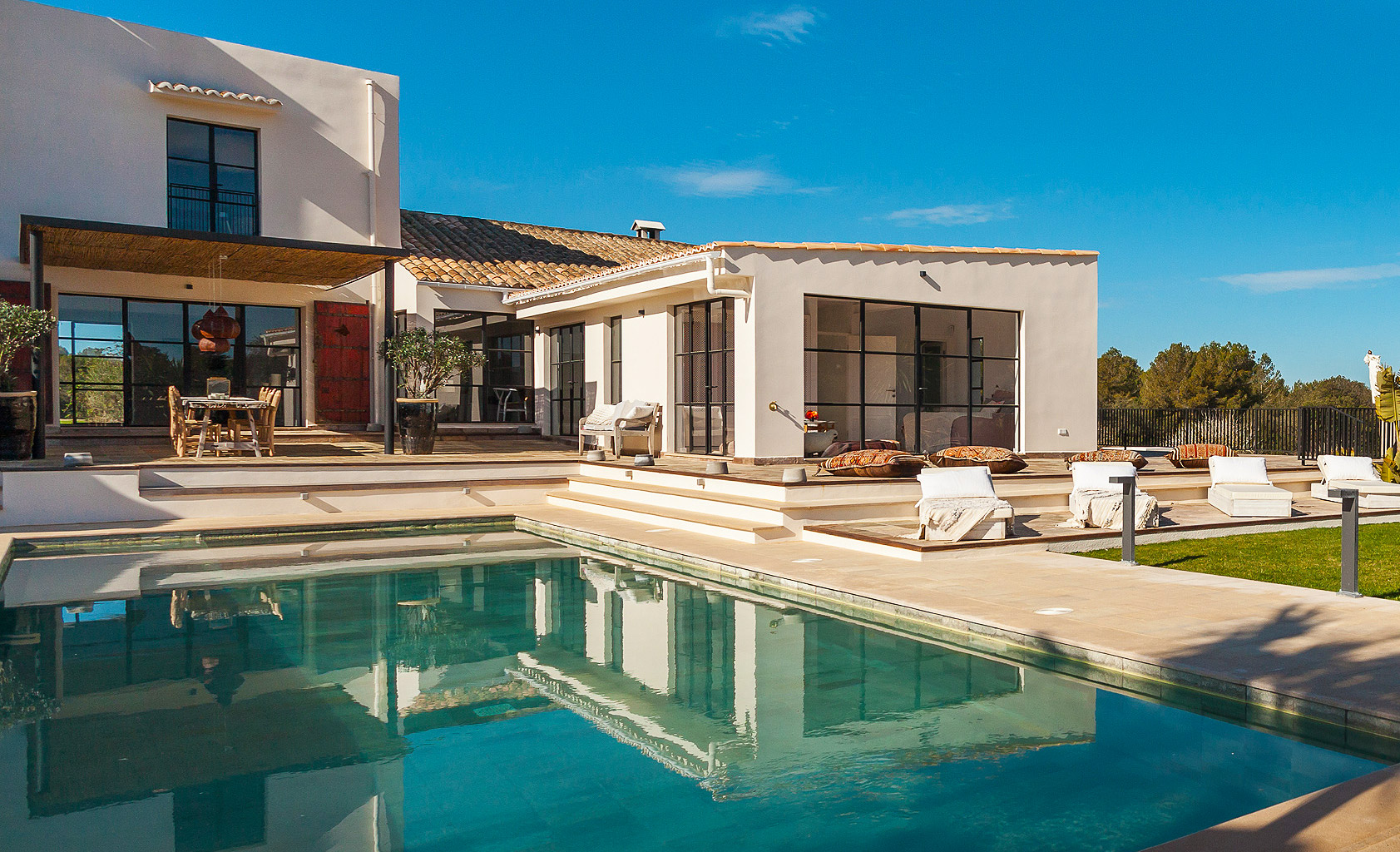 Figures from Spain's National Statistics Institute show that last year was the strongest for the Balearic property market since the global economic crisis. 10,605 property sales took place in 2015, the highest since 2008 - an increase of almost 15% year-on-year.
