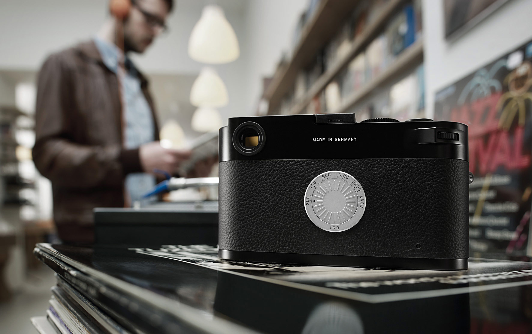 new leica m d focuses on the absolute essentials of photography. Black Bedroom Furniture Sets. Home Design Ideas