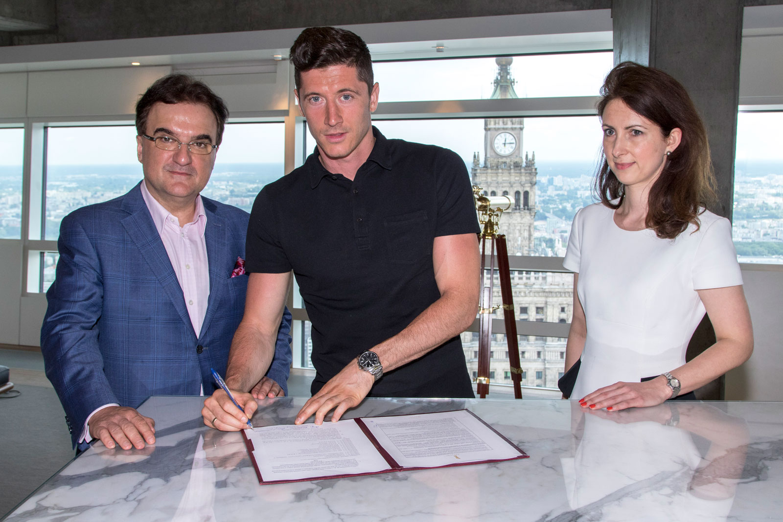 Robert Lewandowski signing the contract for his Zlota 44 apartment