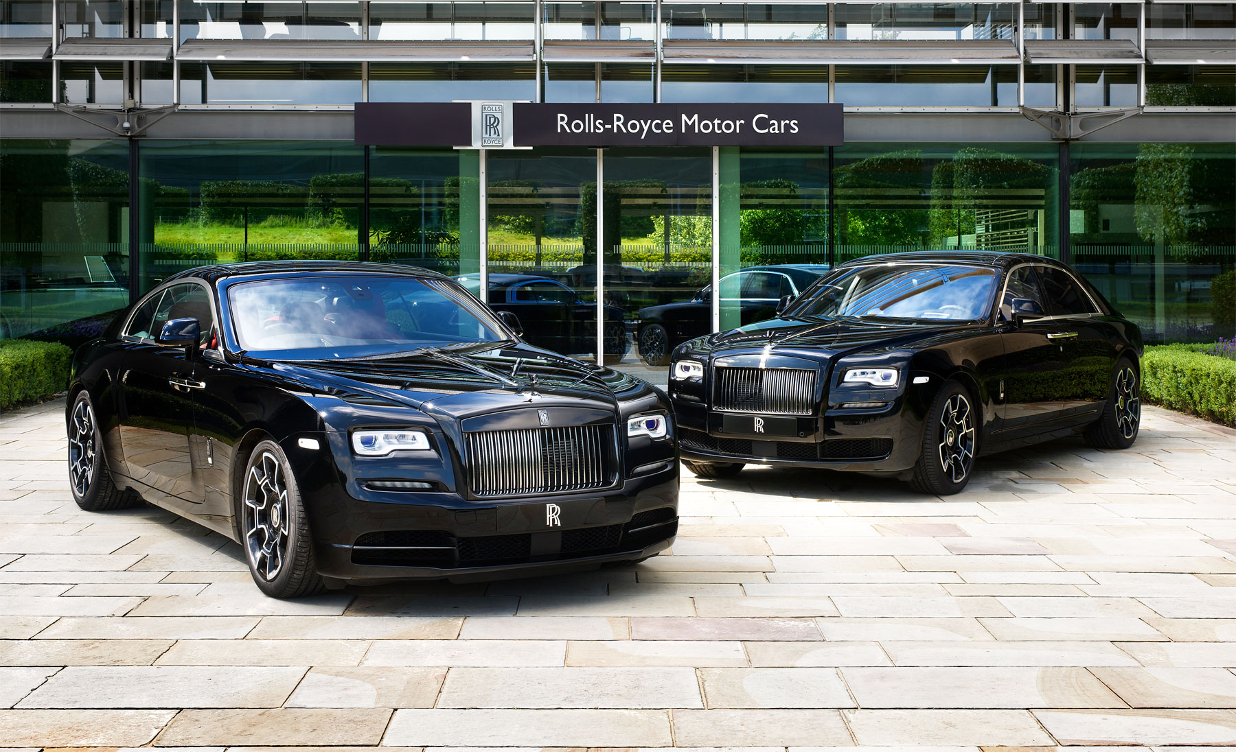 Rolls royce brings the brooding and edgy black badges to for Rolls royce motor cars