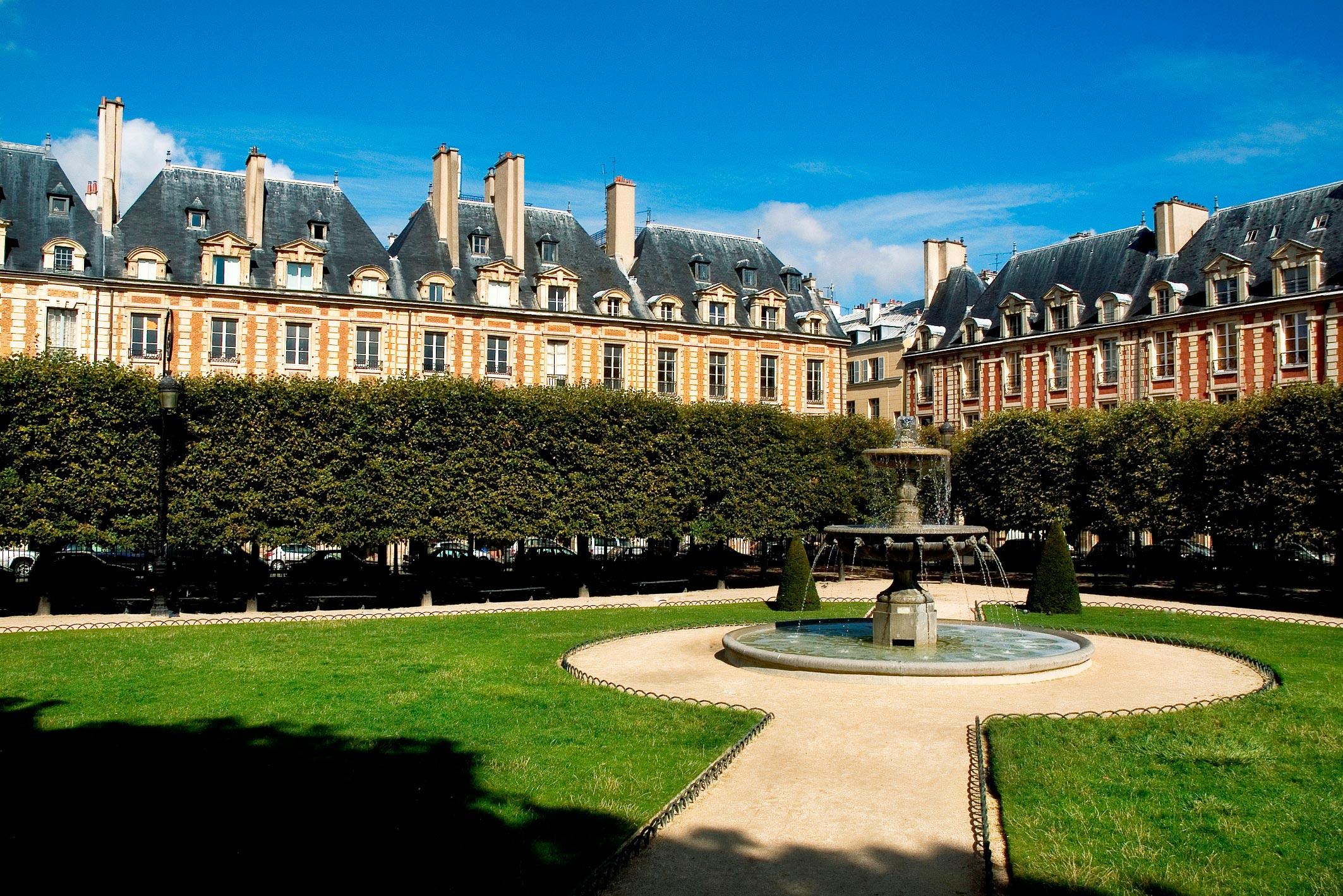 Living Like A Queen At Le Pavillon De La Reine In Paris