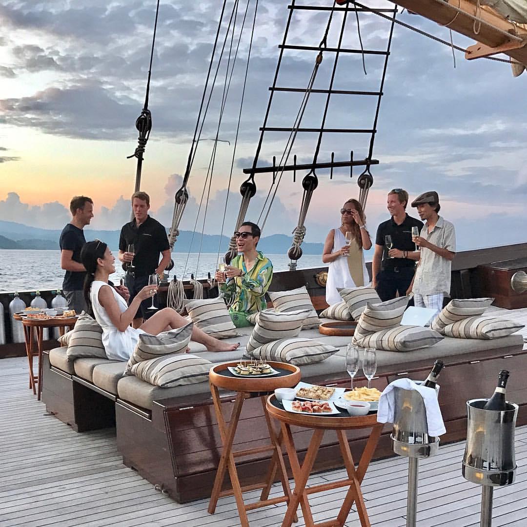 Sunset-Cocktails-on-board-the-Amandira