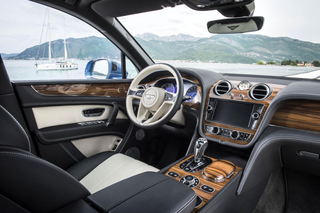 The dashboard and touchscreen of the Bentley Bentayga diesel.
