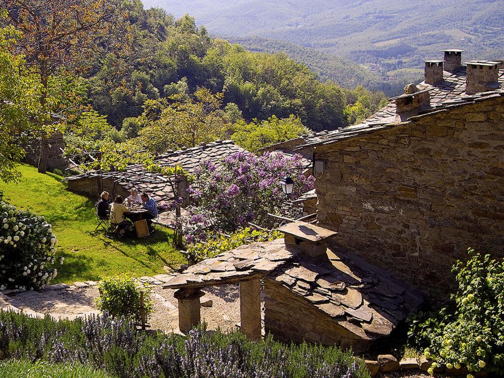 Guide to the best places to stay in Tuscany: Borgo di Vagli, Cortona