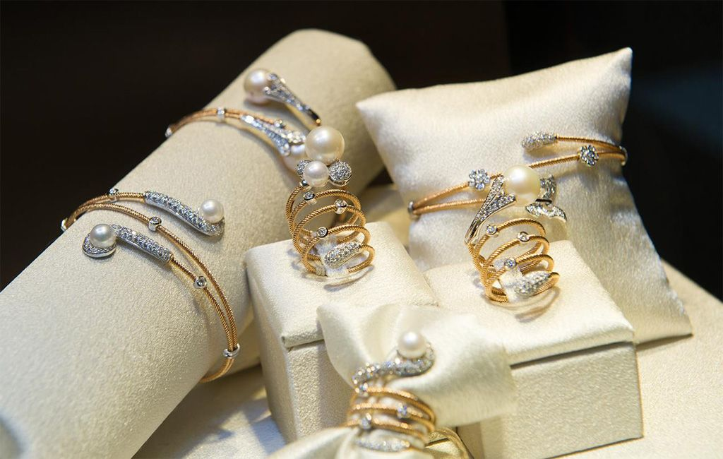 Picture showing gold and pearl jewellery