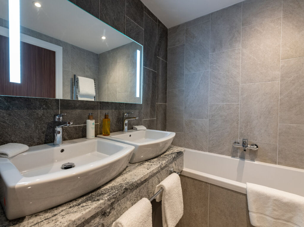 A Cedar King room bathroom in the Ness Walk Hotel