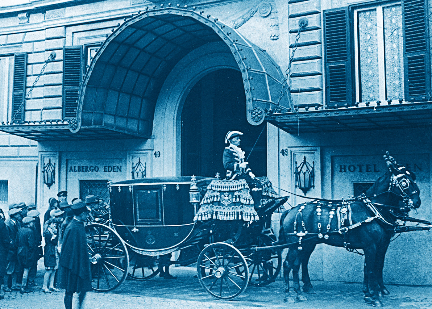 Guests arriving at the hotel early in the 20th century.