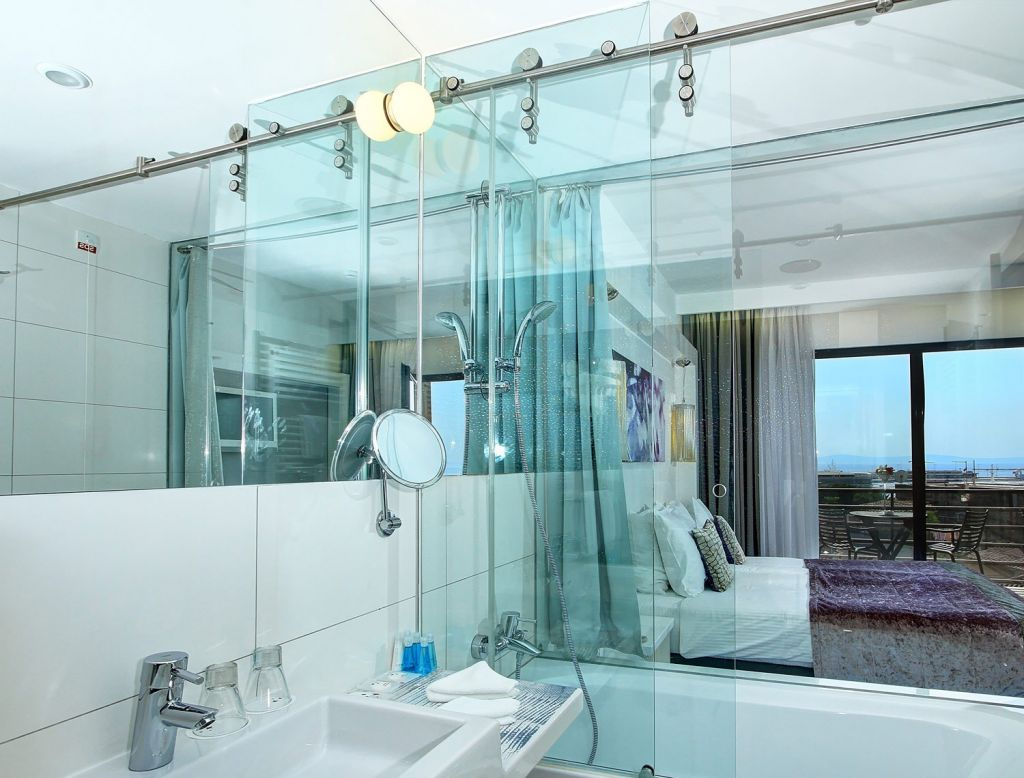 Hotel Luxe Suite bathroom in a superior room