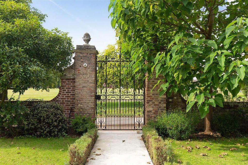 Entrance gate to Prestbury House Hampton Court