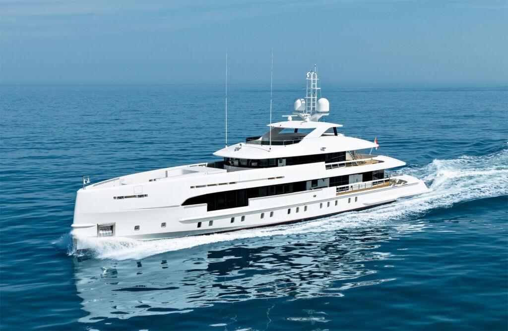 Heesen Amare II Yacht at full speed