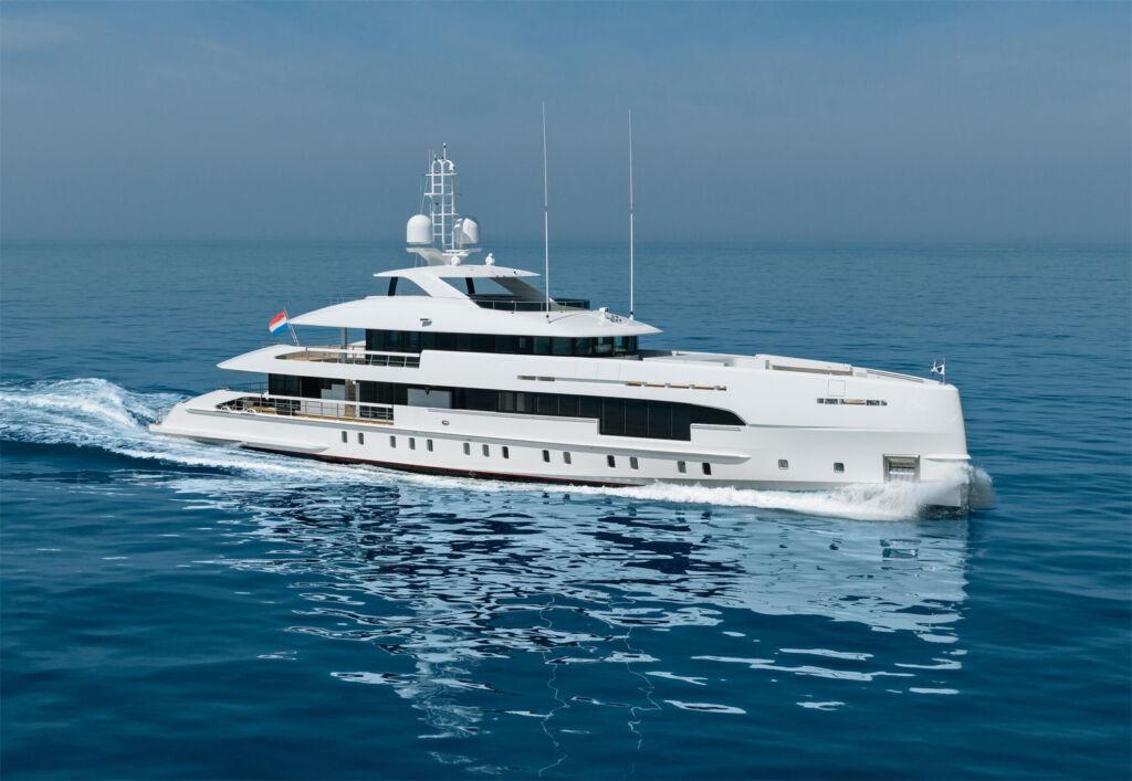 Heesen Amare II Yacht at sea