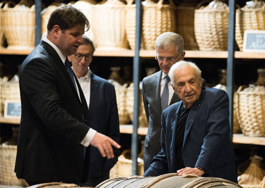 The architect Frank Gehry on a tour in Cognac