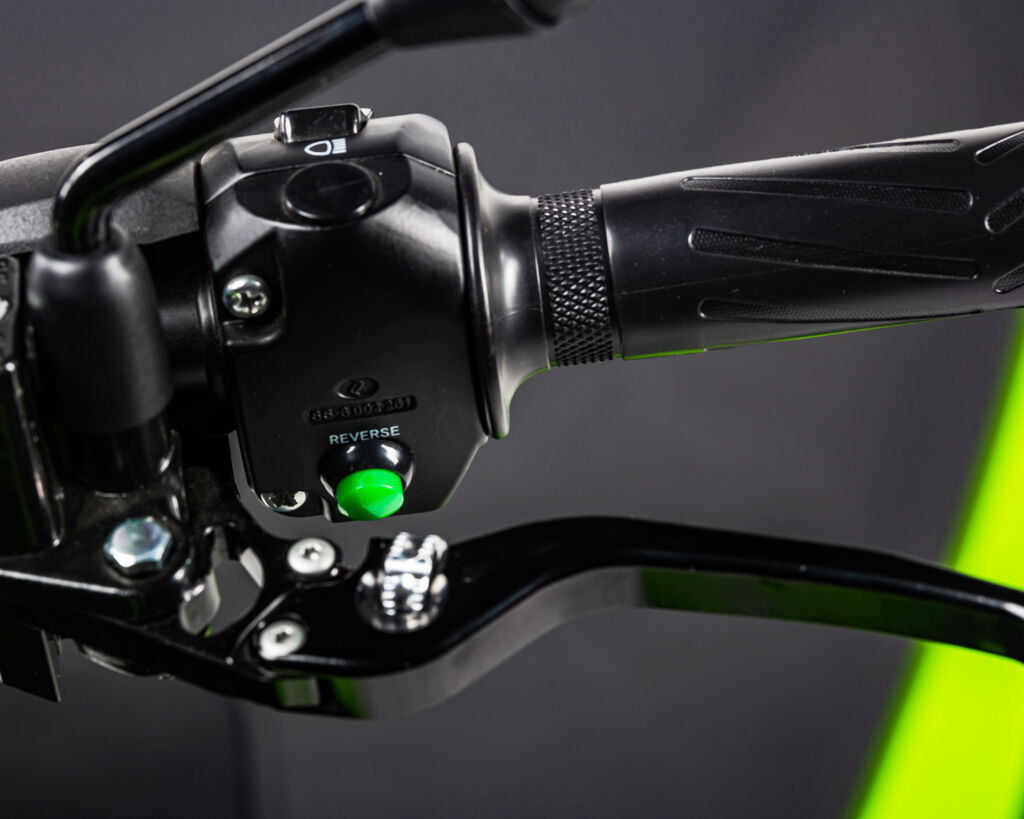 Image showing the controls on the handlebar which should be familiar to all scooter riders