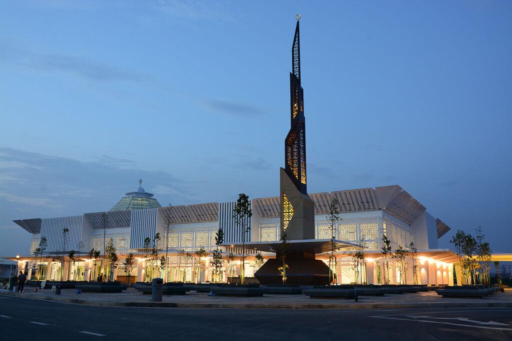 Raja Haji Fi Sabilillah Mosque at night