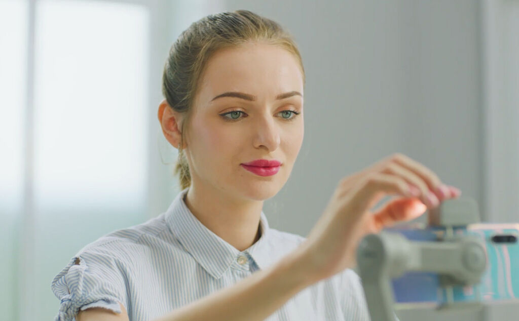 A young woman using the Smooth Q3 gimbal
