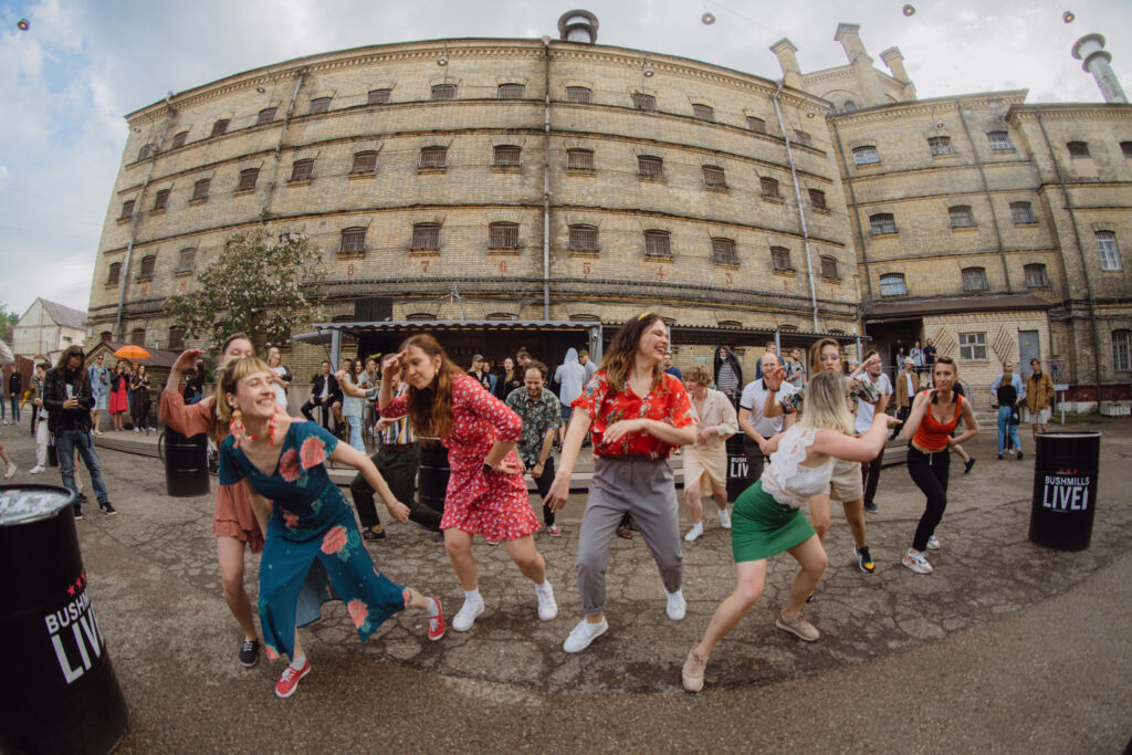 A cultural event in front of the prison. Photo by Mantas Repecka